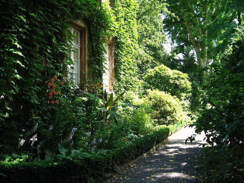 1280px-Haus_im_Botanischen_Garten_Giessen